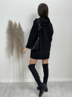 Šaty nad kolena s kapucí stahovačka